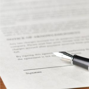 Bild på ett avtal som ska skrivas under. Att man särskiljer Fysisk person mot Juridisk person.